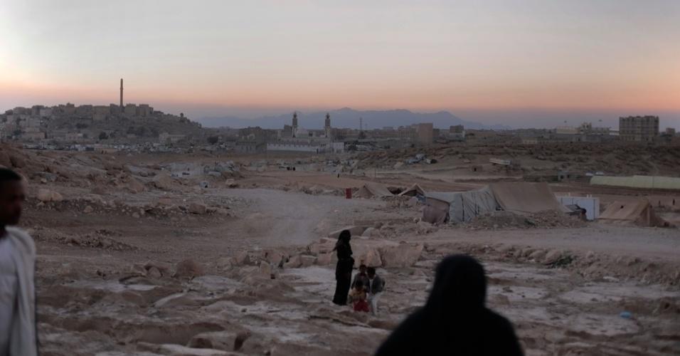 26.mar.2016 - Muitos iemenitas buscaram refúgio em Amran, no norte do Iêmen, ainda relativamente segura, fugindo dos bombardeios da coalizão árabe contra os houthis, que tiveram início há exatamente um ano. A imagem foi feita pela fotógrafa Rawan Shaif durante viagem por cidades das áreas controladas pelos houthis no norte do Iêmen, entre outubro de 2015 e fevereiro deste ano, para documentar os efeitos da guerra na população. Segundo a ONU (Organização das Nações Unidas), 3.218 civis morreram e 5.778 ficaram feridos nos bombardeios