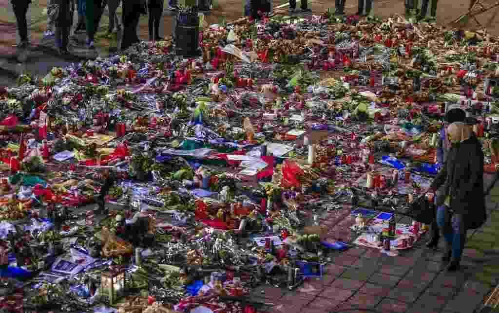28.mar.2016 - Belgas visitam memorial feito em homenagem aos mortos no dia 22 de março, durante ataques à bomba  no metrô e aeroporto de Bruxelas, Bélgica - Yves Herman/ Reuters