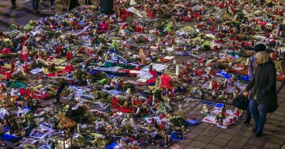 28.mar.2016 - Belgas visitam memorial feito em homenagem aos mortos no dia 22 de março, durante ataques à bomba  no metrô e aeroporto de Bruxelas, Bélgica