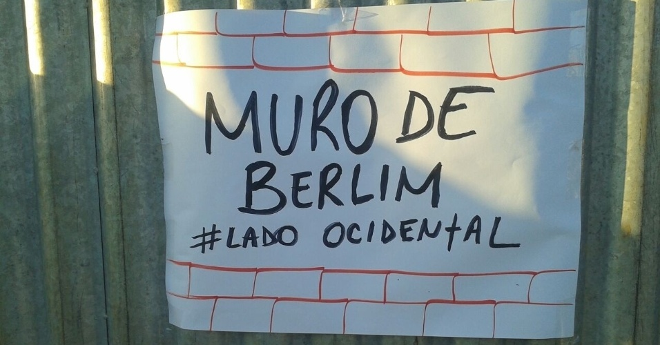 13.abr.2016 ? Cartaz com a frase ?Muro de Berlim #LadoOcidental? é colocado do lado do muro onde ficarão manifestantes pró-impeachment no próximo domingo (17), dia da votação no plenário na Câmara do processo de afastamento da presidente Dilma R
