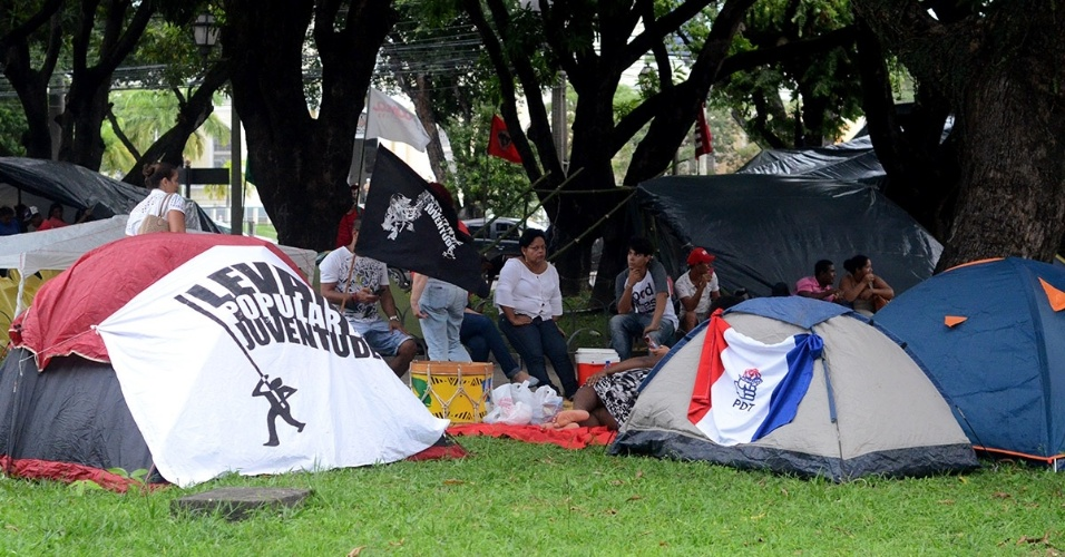15.abr.2016 - Manifestantes ligados à Frente Brasil Popular e ao MST (Movimento dos Trabalhadores Rurais Sem-Terra) montam acampamento na praça do Derby, no centro do Recife (PE), em protesto contra o processo de impeachment da presidente Dilma Rousseff. O grupo deve se manter acampado no local até o resultado da votação do processo de impeachment no plenário da Câmara