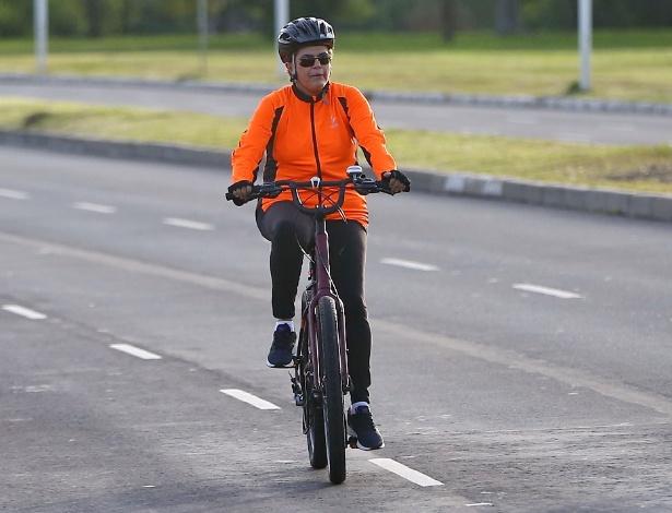 Presidente Dilma Rousseff anda de bicicleta em Porto Alegre neste Dia das Mães