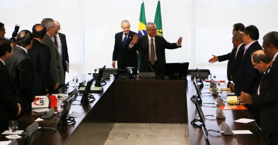 16.mai.2016 - O presidente interino Michel Temer participa de reunião com representantes de centrais sindicais no Palácio do Planalto, em Brasília