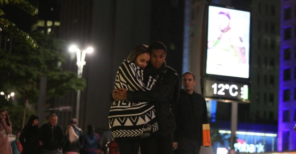 12.jun.2016 - Casal se abraça na avenida Paulista, região central de São Paulo, onde os termômetros marcam 12°C