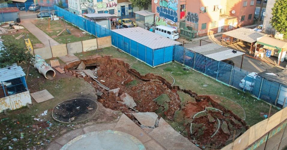 16.jun.2016 - Uma cratera de cerca de 20 metros de comprimento apareceu na área de lazer de conjunto habitacional na avenida Zaki Narchi, zona norte de São Paulo. O local da cratera, que fica entre duas fileiras de prédios, corre o risco de desabamento