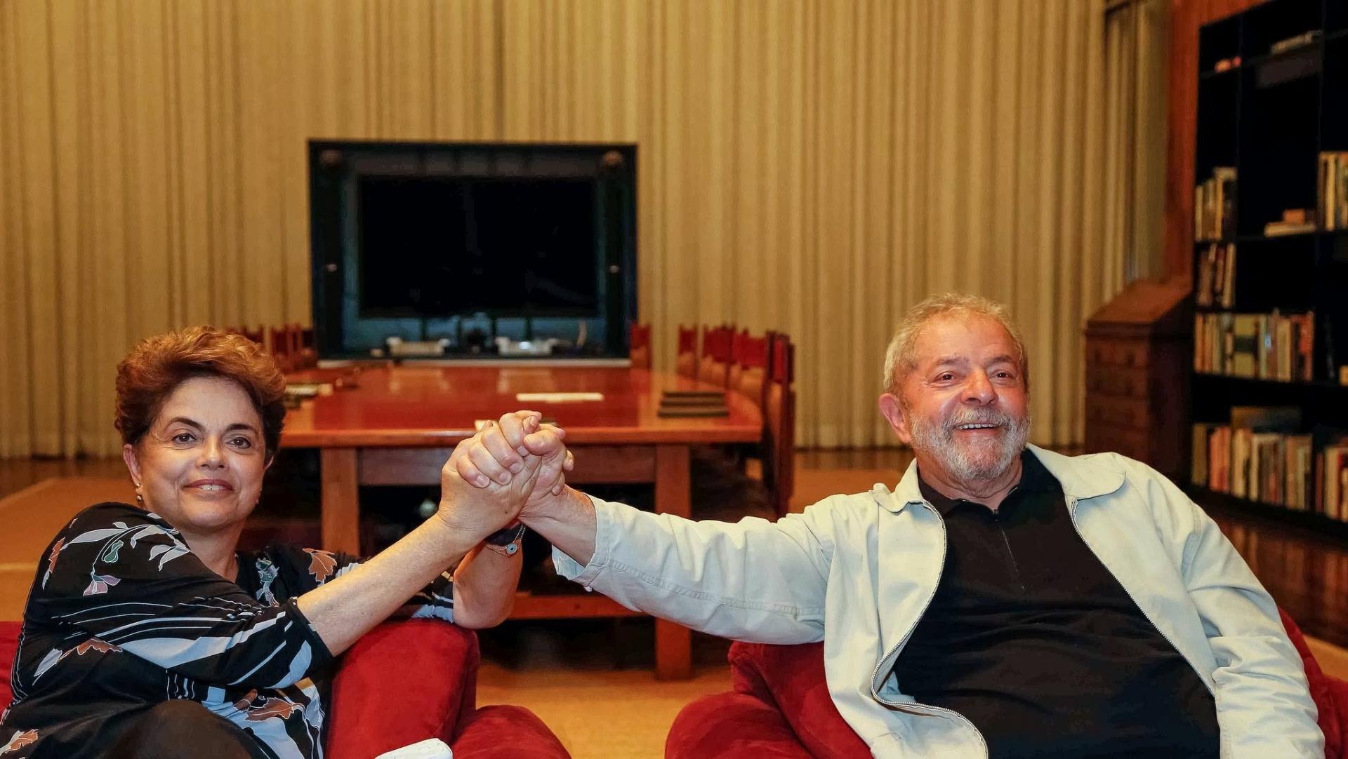 28.ago. 2016 - Dilma recebe a visita do ex-presidente Lula no fim da tarde deste domingo, no Palácio da Alvorada