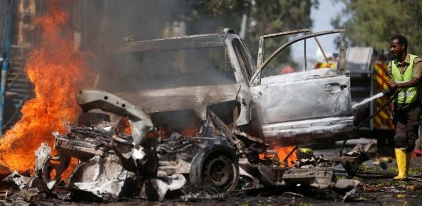 Um carro bomba bateu contra um restaurante em Mogadício (Somália). O grupo islâmico al Shabaab reinvindicou a autoria do ataque