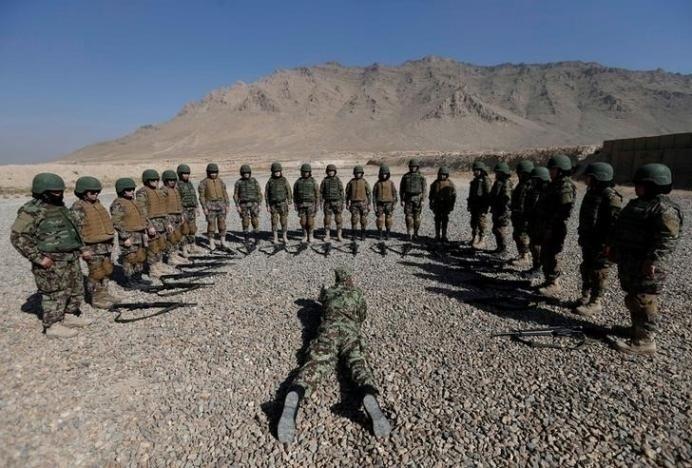 10.nov.2016 - O Centro de Treinamento Militar de Cabul dá aulas a mulheres que querem prestar serviço ao Exército Nacional Afegão. Contudo, a violência e a sociedade conservadora do país tornam incerto o futuro para as jovens recrutas
