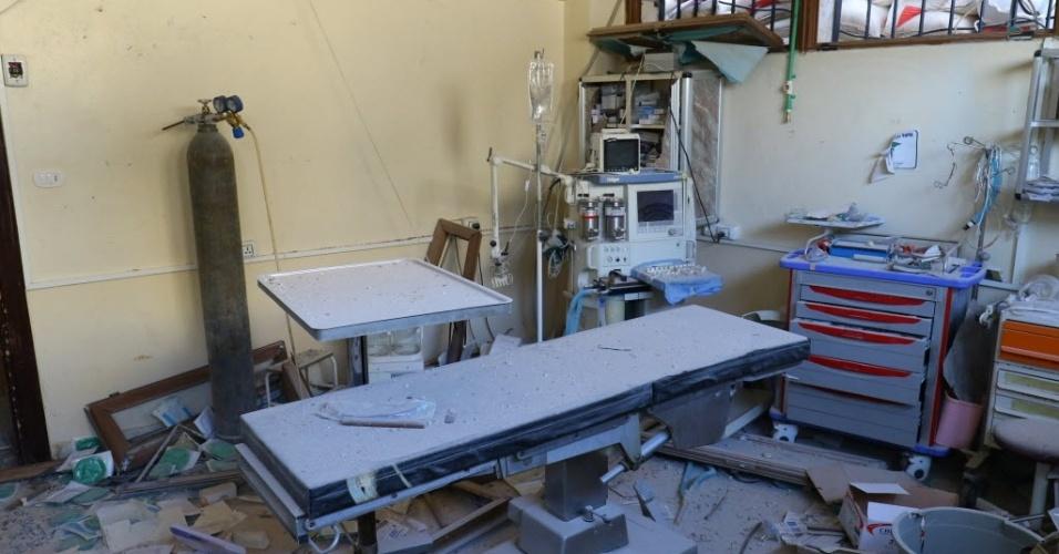 15.nov.2016 - Sala de cirurgias fica destruída após bombardeio que atingiu hospital em Atareb, na Síria. Três hospitais localizados em áreas rebeldes no norte do país foram alvos de ataques realizados, segundo organizações de direitos humanos, pelo regime sírio e pela Rússia