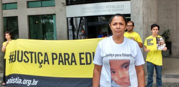 Terezinha participa de protesto contra o arquivamento do processo em frente ao Ministério Público, no Rio