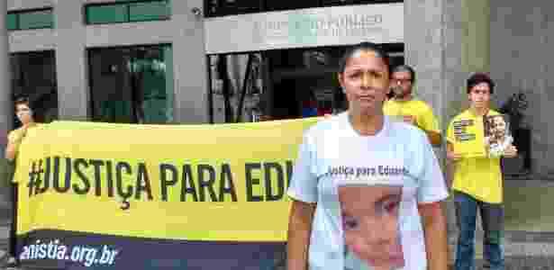 Terezinha participa de protesto contra o arquivamento do processo em frente ao Ministério Público, no Rio - Paula Bianchi/UOL
