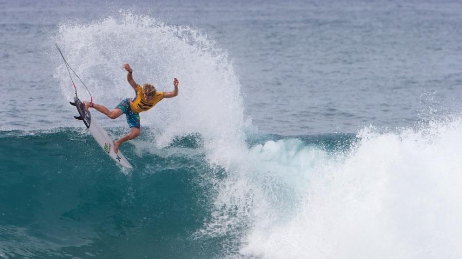 19.dez.2016 - Surfista americano John John Florence participa do segundo dia de competição do Billabong Pipe Masters em Pipeline, em Oahu no Hawaii (EUA) - Brian Bielmann/AFP