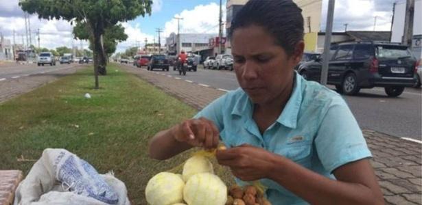 María José Pacheco vende laranjas em um semáforo de Boa Vista há cinco anos, quando deixou seu emprego de professora na Venezuela