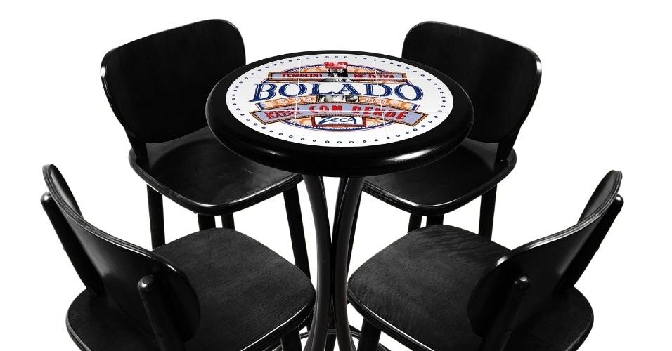 """A fábrica Empório Tambo criou uma coleção de mesas decoradas com azulejos, inspirada em músicas do Zeca Pagodinho; na foto, peça com a frase """"Seu Tempero me Deixa Bolado é um Mel Misturado com Dendê"""", da canção """"Seu Balancê"""""""
