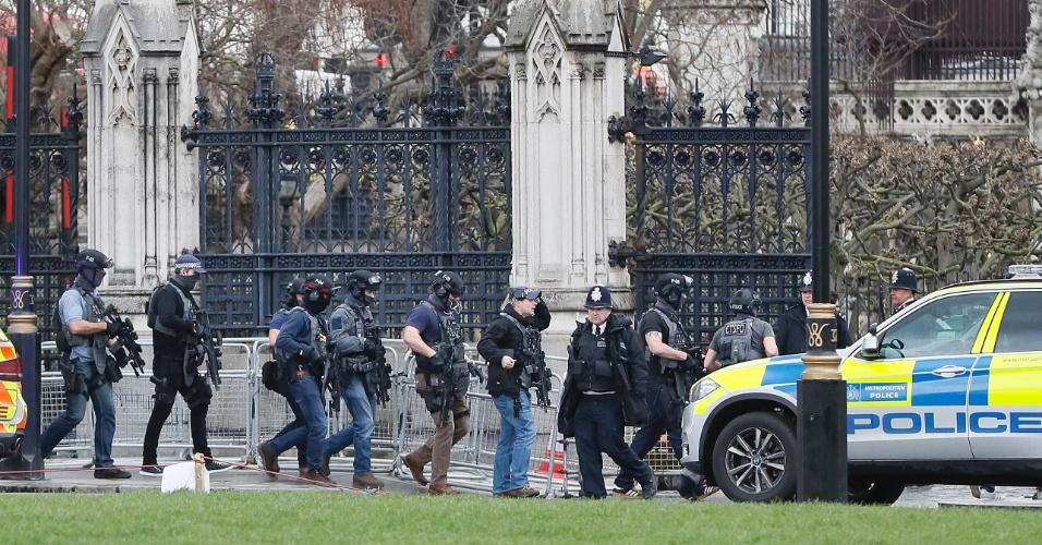 22.mar.2017 - Policiais armados chegam ao Parlamento britânico, em Londres. As atividades da Casa dos Comuns estão suspensas após relatos de um tiroteio na entrada do prédio