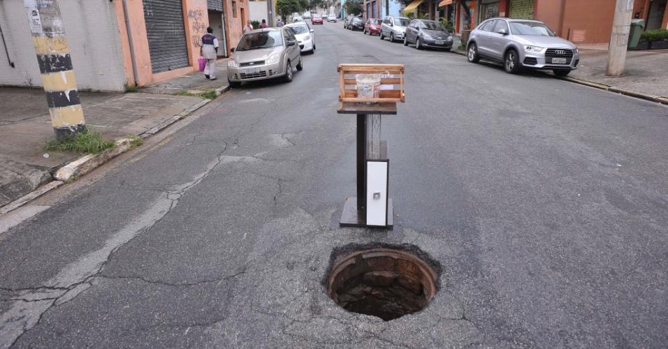 26.abr.2017 - Buraco com identificação improvisada no meio da rua Afonso Schmidt, altura do número 102, em Santana, na zona norte de São Paulo