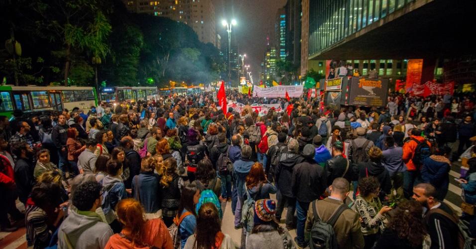 18.mai.2017 - Em São Paulo, manifestantes fecharam a Avenida Paulista em frente ao Masp em protesto contra o presidente Michel Temer