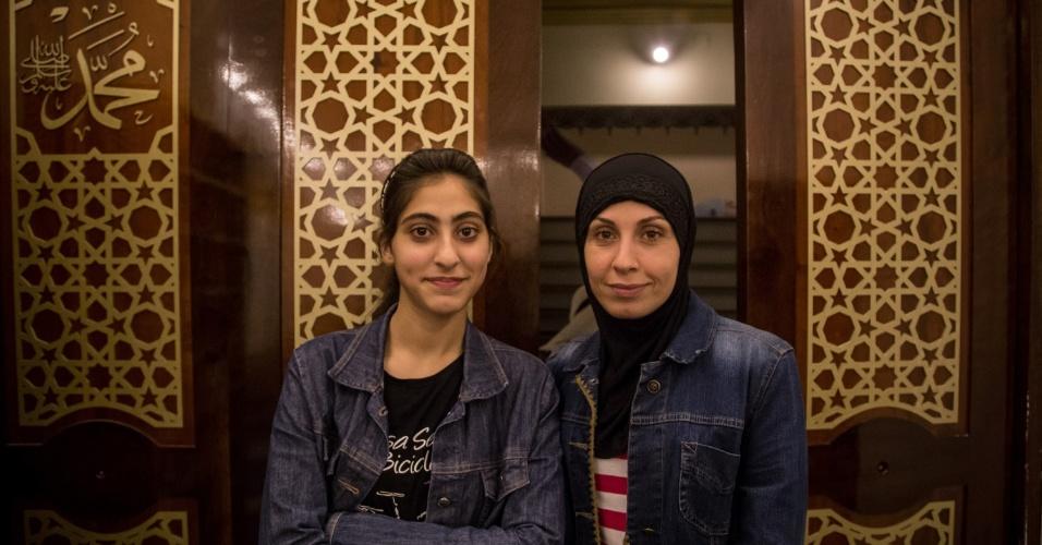 7.jun.2017 - Rama Kabawa e Nema Khaled, mãe e filha, participam da oração de quebra de jejum do Ramadã, na Mesquita Brasil, em São Paulo