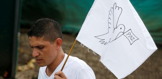27.jun.2017 - Rebelde das Farc segura bandeira branca após abandono de armas em Mesetas, na Colômbia