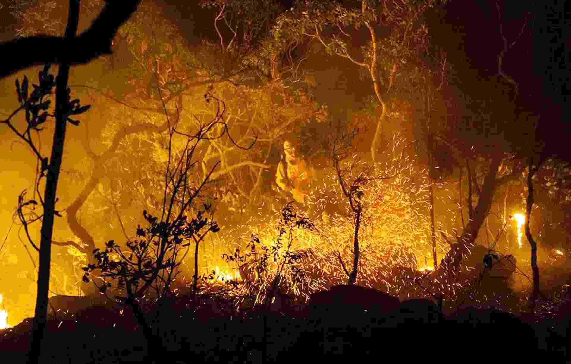 24.out.2017 - Brigadistas tentam apagar chamas na Chapada dos Veadeiros. Uma das mais importantes unidades de conservação do Cerrado, a Chapada dos Veadeiros está sendo consumido pelas chamas, no que já é considerado o pior incêndio de sua história recente - Fernando Tatagiba/ICMBio