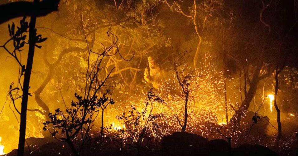 24.out.2017 - Brigadistas tentam apagar chamas na Chapada dos Veadeiros. Uma das mais importantes unidades de conservação do Cerrado, a Chapada dos Veadeiros está sendo consumido pelas chamas, no que já é considerado o pior incêndio de sua história recente
