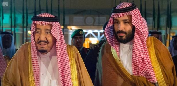 8.nov.2017 - O rei da Arábia Saudita Salman bin Abdulaziz Al Saud (esq.) ao lado de seu filho e príncipe Mohammed bin Salman, em Riad