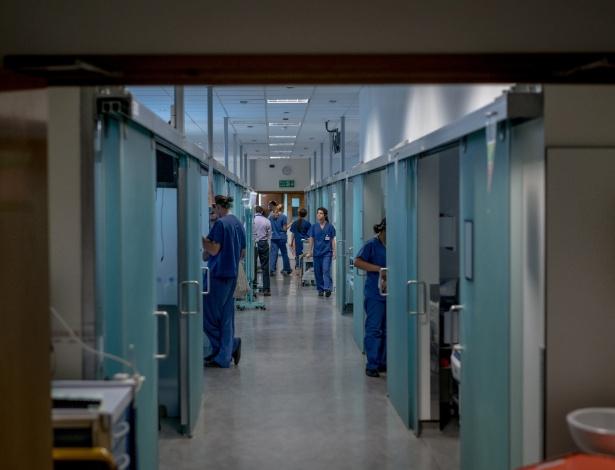Corredor do hospital Kings College, em Londres. Em nenhum lugar, as preocupações com a Brexit são mais alarmantes do que no serviço nacional de saúde da Grã-Bretanha