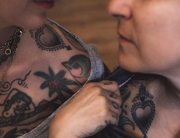 Virginia Elwood e Stephanie Tamez, tatuadoras que fizeram a mesma tatuagem com tinta que contém o DNA de da uma delas, em Saved Tattoo, em Nova York.