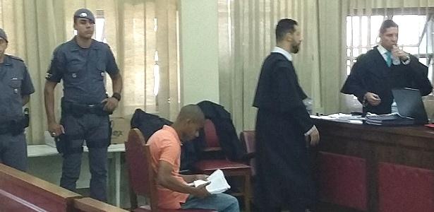 Com um caderno em mãos, o PM Cristilder orienta advogados durante o juri