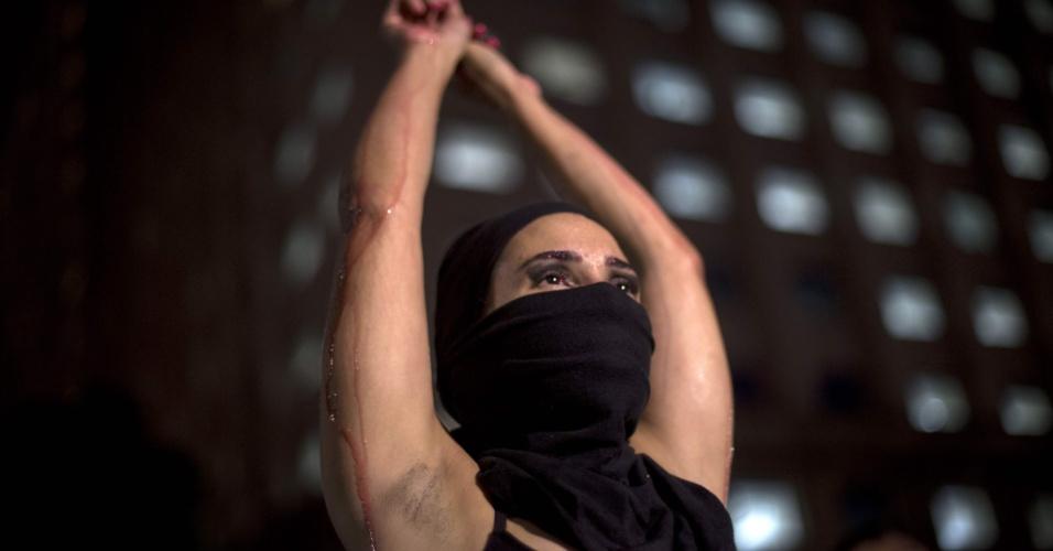 20.mar.2018 - Com o rosto coberto com um pano preto, jovem participa de ato na região central do Rio de Janeiro que marca o sétimo dia de morte da vereadora do PSOL/RJ e do seu motorista Anderson Gomes