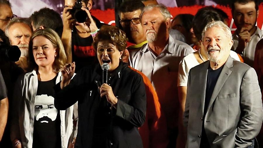 Ao lado de Gleisi Hoffmann, a ex-presidente Dilma discursa em ato da caravana do ex-presidente Lula em Curitiba - Heuler Andrey 28.mar.2018 /AFP