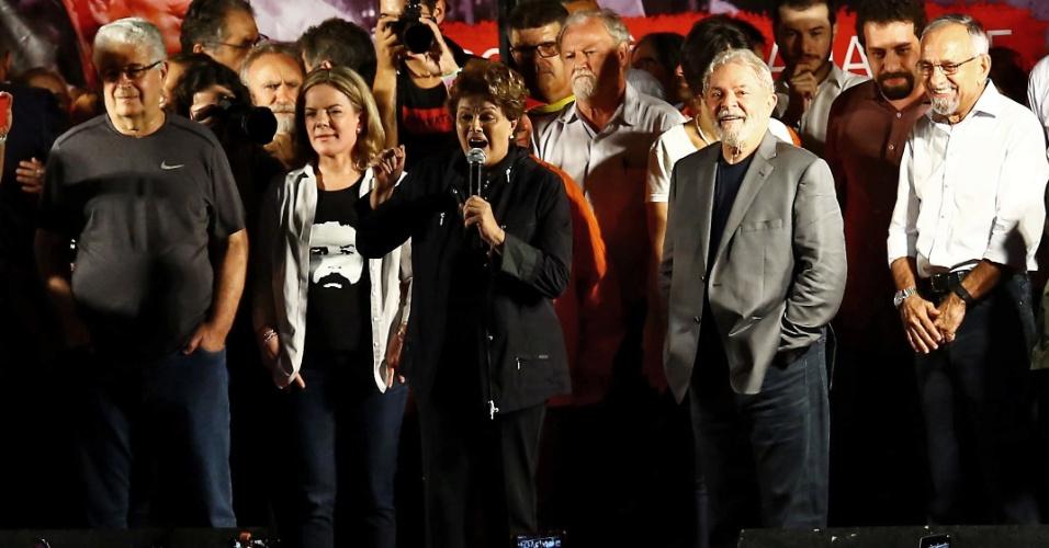 28.mar.2018 - Ao lado de Gleisi Hoffmann, a ex-presidente Dilma Rousseff discursa em ato final da caravana do ex-presidente Lula no Sul, em Curitiba