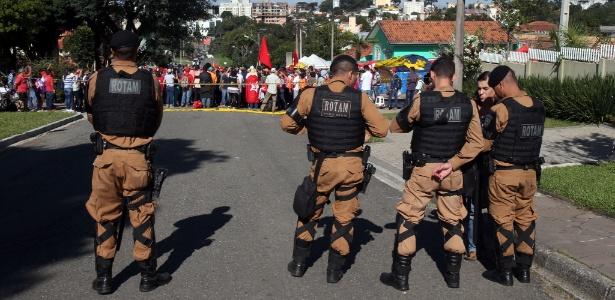Manifestantes pró-Lula reunidos no entorno da PF em Curitiba, em foto de abril