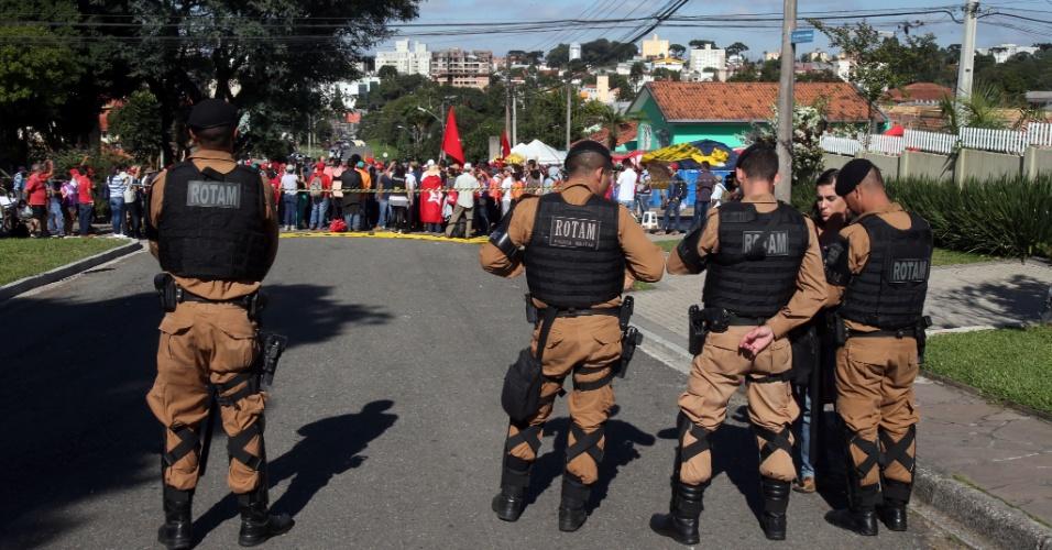 8.abr.2018 - A Polícia Militar isolou neste domingo a área da Superintendência da Polícia Federal em Curitiba, onde o ex-presidente Luiz Inácio Lula da Silva (PT) passou a primeira noite preso