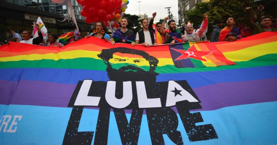 3.jun.2018 - Público da 22ª Parada do Orgulho LGBT, que acontece neste domingo (3) em São Paulo, pede a libertação do ex-presidente Luiz Inácio Lula da Silva (PT) da prisão. Vaias ao presidente da República, Michel Temer (MDB), também puderam ser ouvidas no evento