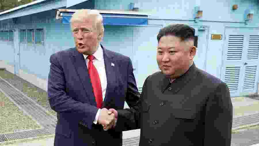 30.jun.2019 - O presidente dos Estados Unidos, Donald Trump, e o líder da Coreia do Norte, Kim Jong-un, durante encontro em zona desmilitarizada que separa as duas Coreias - Kevin Lamarque/Reuters