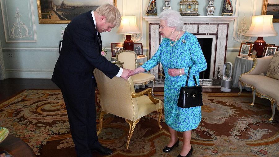 Rainha Elizabeth 2ª e o primeiro-ministro do Reino Unido Boris Johnson no Palácio de Buckingham - Victoria Jones/Pool via Reuters