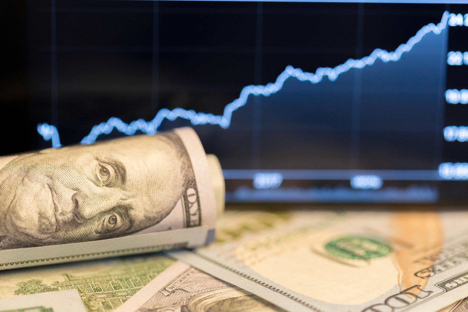 Resultado de imagem para Dólar sobe e opera perto de R$ 4,30