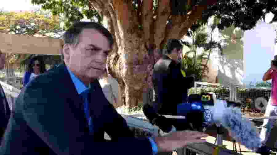 Jair Bolsonaro conversa com jornalistas na manhã desta sexta-feira (16); entrevista foi exibida em live do presidente - Reprodução/Facebook