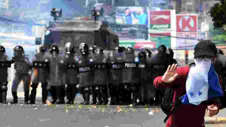 Polícia reprime manifestação de apoiadores do partido Liberdade e Refundação em Honduras - Orlando Sierra/AFP