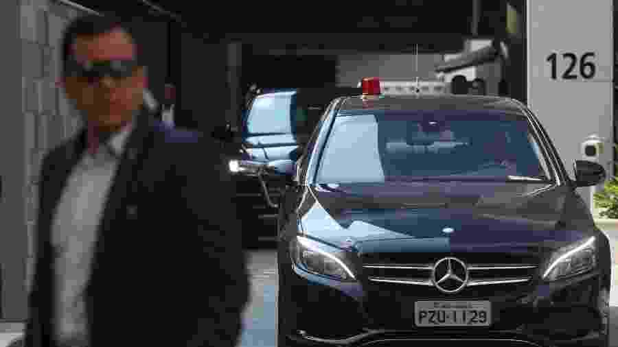 Um comboio de veículos leva o presidente Jair Bolsonaro (PSL) para o aeroporto de Congonhas após receber alta no hospital Vila Nova Star, em São Paulo - Rahel Patrasso/Reuters