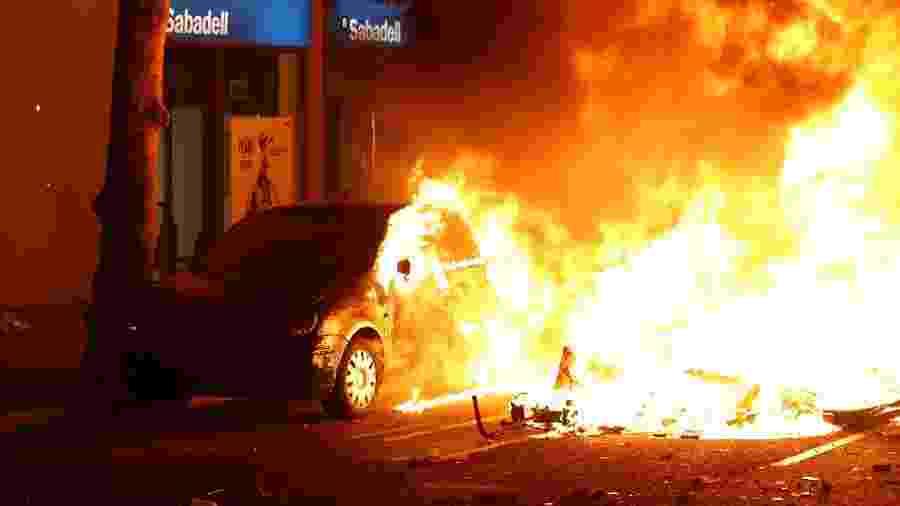 Carro pega fogo em Barcelona durante protestos - Jon Nazca/Reuters
