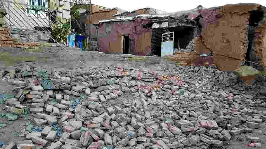 Vista de uma casa danificada após um terremoto atingir a cidade de Tark, no noroeste do Irã - Reuters
