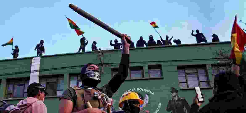 8.nov.19 - Oponentes de Evo Morales protestam nas ruas de Cochabamba, na Bolívia, em frente a sede da polícia  - Danilo Balderrama/Reuters