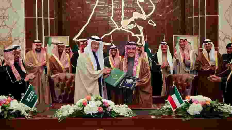 O ministro das Relações Exteriores do Kuwait, Ahmed Nasser al-Mohamed (no centro, à esquerda), trocando documentos com o ministro do Petróleo saudita, o príncipe Abdulaziz bin Salman - AFP
