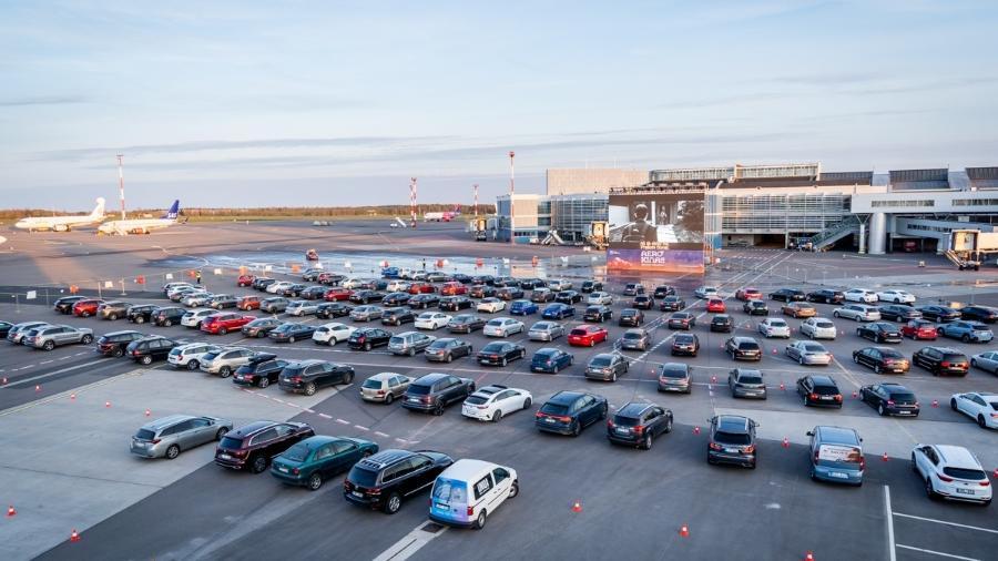 Aeroporto de Vilnius, na Lituânia, virou um grande cinema drive-in - Divulgação