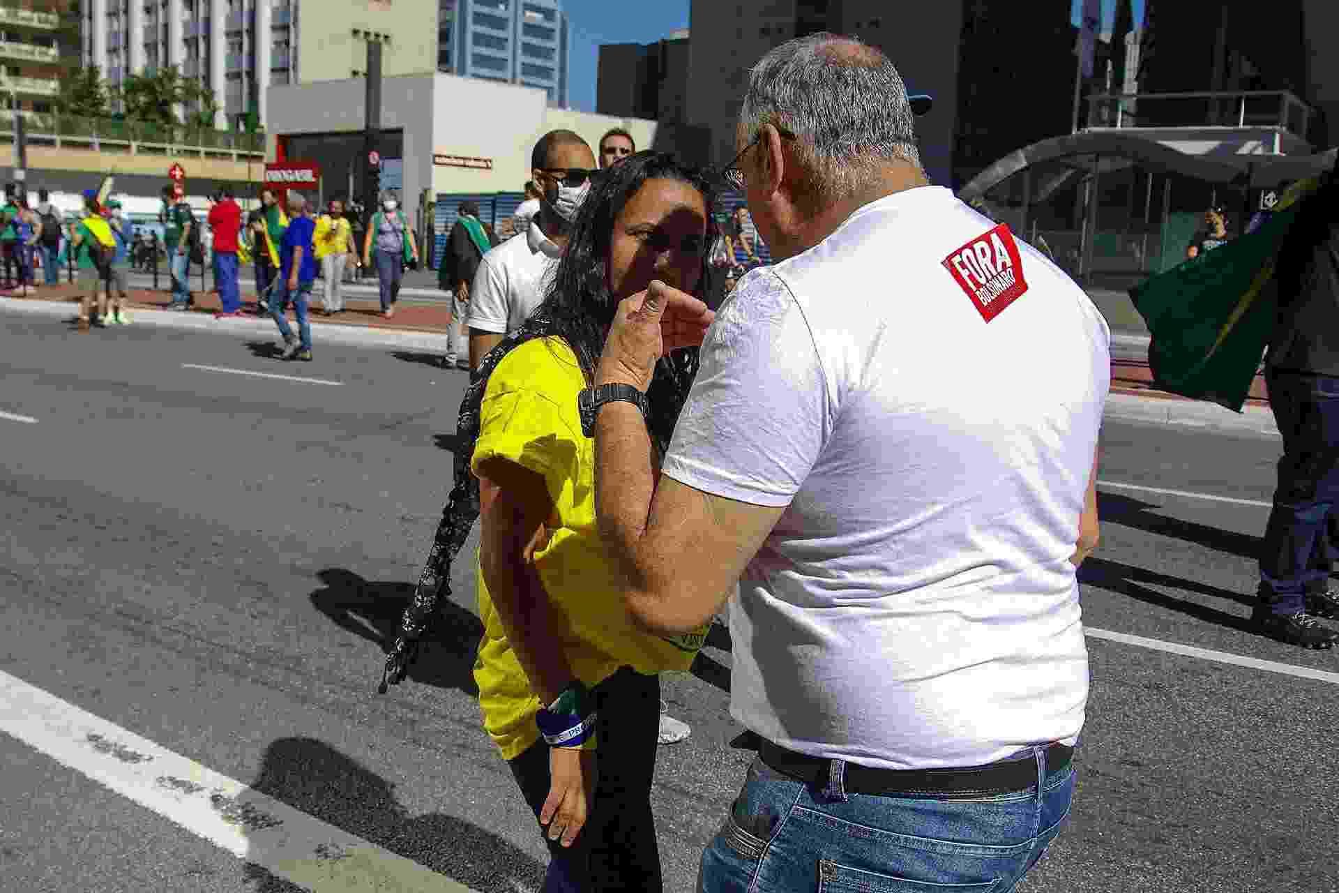31.mai.2020 - Manifestantes com posições opostas discutem na avenida Paulista, em São Paulo - Roberto Sungi/Futura Press/Estadão Conteúdo