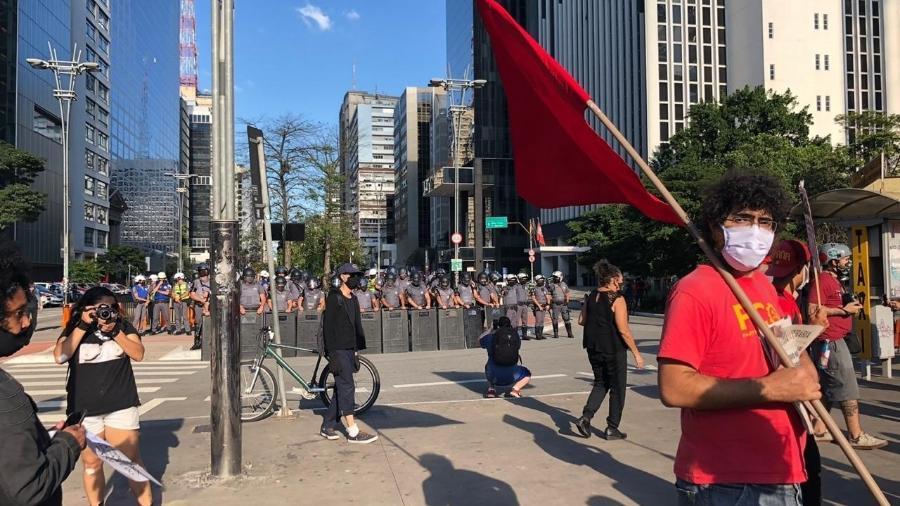 Alguns militantes do PCO (Partido da Causa Operária) se reuniram na Praça do Ciclista, na Avenida Paulista, pedindo a saída de Bolsonaro - Lucas Borges/UOL
