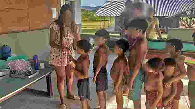 Crianças sem máscara em contato com integrantes de ação na Terra Indígena Yanomami - Reprodução/Instagram - Reprodução/Instagram