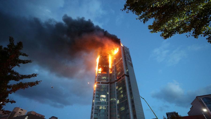 Prédio é engolido pelo fogo na cidade de Ulsan, na Coreia do Sul -  Yonhap via Reuters